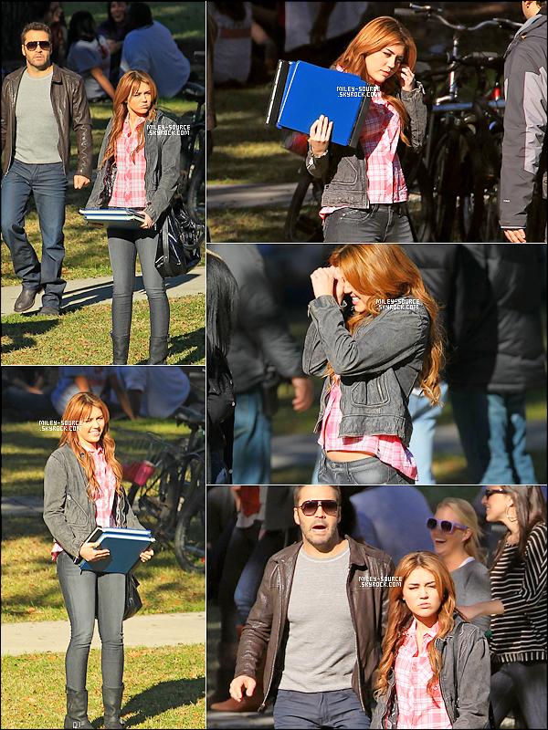 """15 Janvier 2011   Miley Cyrus et Jeremy Piven tournant une scéne dans un Parc à la Nouvelle Orléans.  . Concernant """" son autre film LOL MADE IN USA """" La bande annonce sera diffusée le 23 Février ! ENFIN!    ."""
