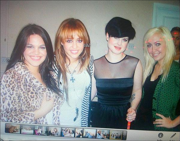« Miley vient juste de m'envoyer cette photo de nous lors de notre rencontre il y'a 3 ans..» .C'est le message qu'a posté Kelly Osbourne la co-star de Miley Cyrus sur son twitter accompagné de cette photo .      .
