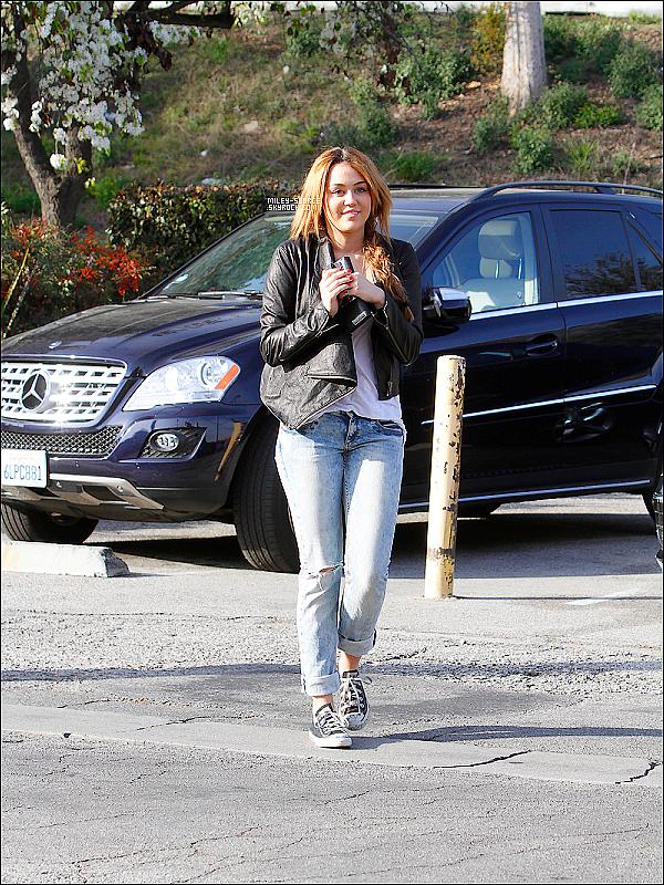05 Fevrier 2011   Miley C. en converse et naturelle a été aperçu se rendant au Coffee Bean de Los Angeles . . N'oubliez pas le premier trailer de LOL sera diffusée le 23 Fevrier 2011 ! Passez régulièrement sur le blog !!    .