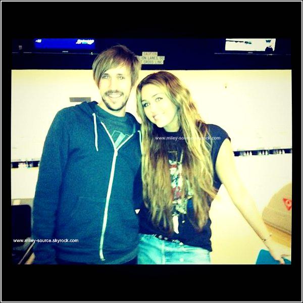 . 20 Fevrier 2011   Notre Miley Cyrus sortait  de la maison d'une de ses amies à Los Feliz Top Ou Flop ? .  Le même soir MiCy dans la même tenue se rendait au Bowling , puis sortant du Bowling à Los Angeles   .   .