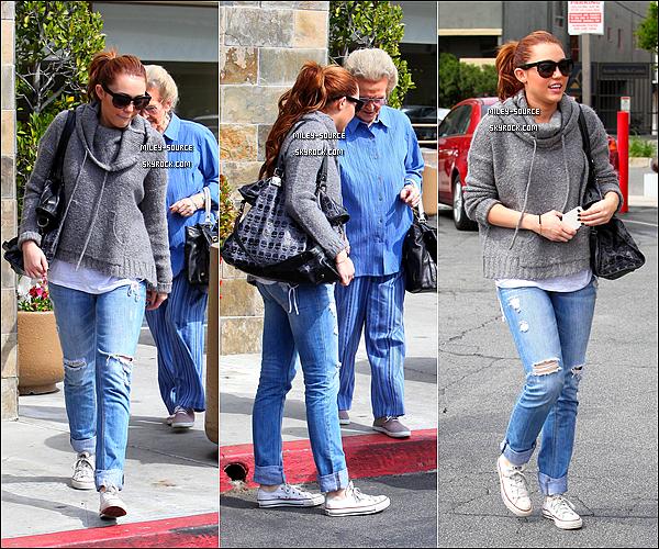 17 Mars 2011 Miley , sa mère , sa grand-mère se promenaient à L.A .                                   Top ou Flop ?