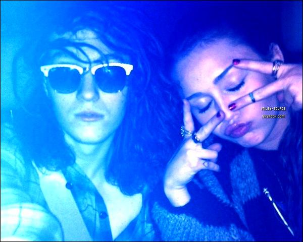 05 Avril 2011   Miley et sa soeur  allant boire un MilkShake au Coffee Bean comme elle l'avait dit sur Twitter. . Découvrez aussi une tonne de photos que Mil-Mil a posté sur Twitter ! Follow Twitter : @GypsyHeartTour
