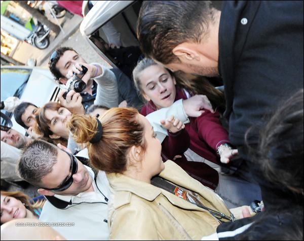 _ 9 MAI 2011                    Miley, sa maquilleuse et sa mère Tish ont fait du shopping à San Telmo, en Argentine. _