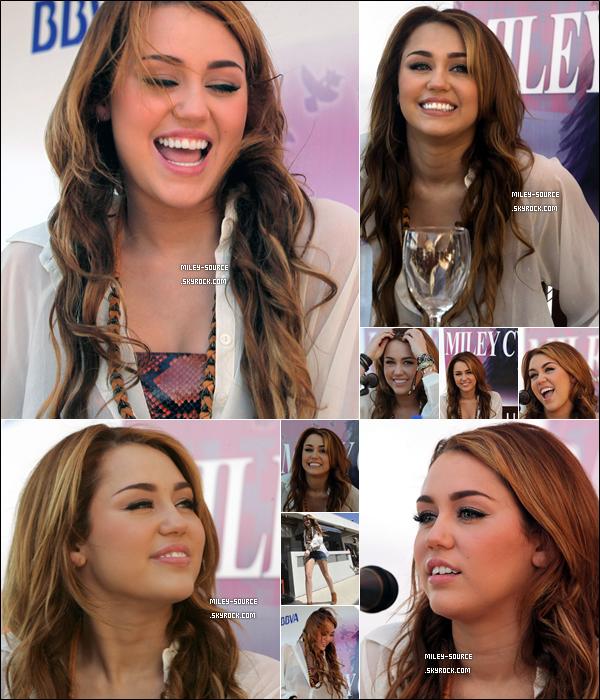 _ 10 MAI 2011        Miley Cyrus, souriante, était présente à une conférence de presse à Asuncion, au Paraguay. _