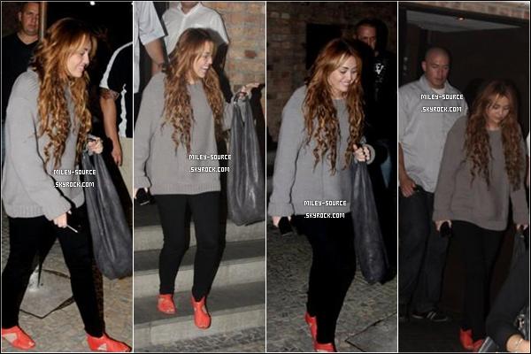 11/05/2011 | M. , sa mère et sa maquilleuse arrivaient à l'aéroport de Rio au Brésil - WOW les fans! -   !  Un peu plus tard Miley Cyrus  et sa mère Tish  ont visitées la jolie « Statut du Christ Redempteur » à Rio.  _ 11 MAI 2011_____Après avoir visité la Statut du Christ, Miley est allé manger dans un restaurant à Rio (Brésil). Mil' a posté une nouvelle photo d'elle sur Twitter, découvrez également deux nouvelles photos avec des fans à Rio de Janeiro.  _