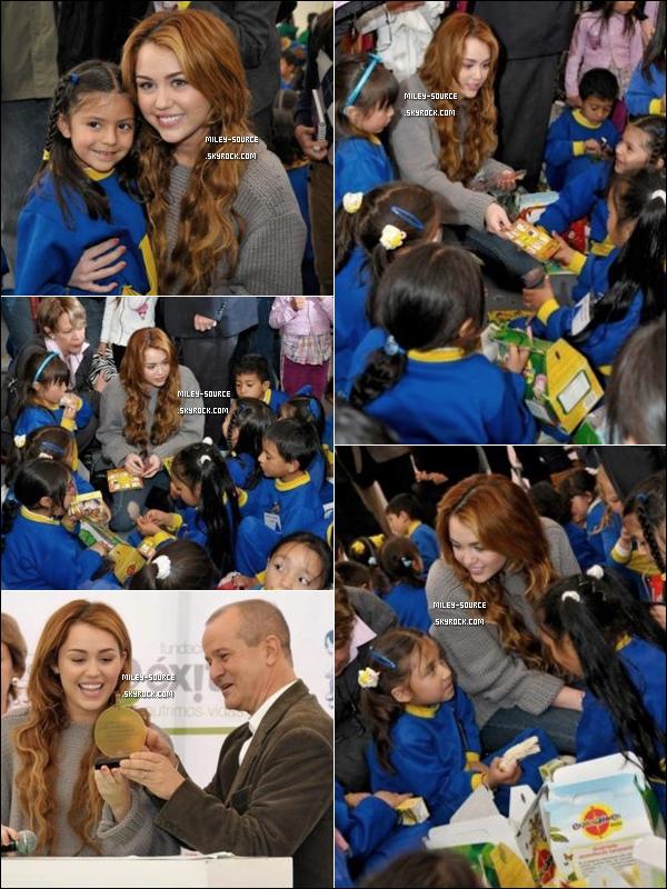 19/05/2011 | Miley a visité une école  à Bogota ( Colombie )