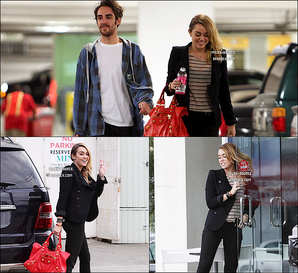 04 novembre 2011 :_Miley, Vijat et Cheyne ont été vu à Best Buy pour faire quelques courses à Hollywood