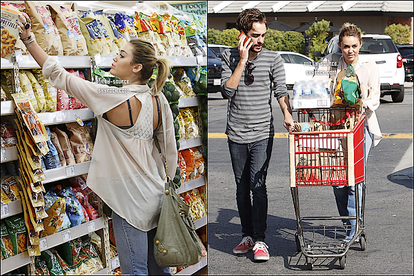 20/10/11 - Miley et sa mère allant acheter des oreillers pour sa maison.