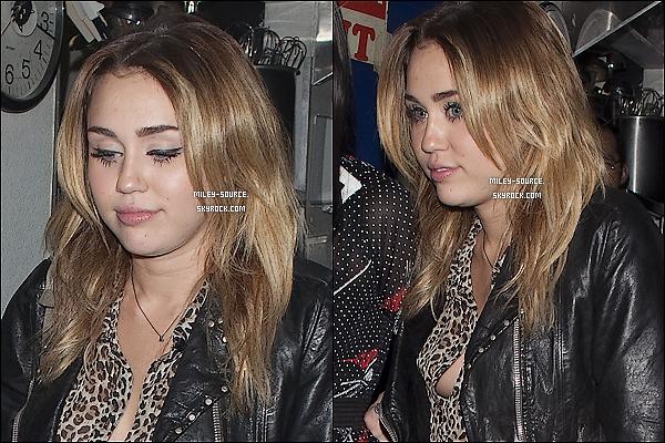 28 octobre 2011 :_Miley était à l'anniversaire de son amie Kelly Osbourne, qui fêtait ses 27 ans à Los Angeles.