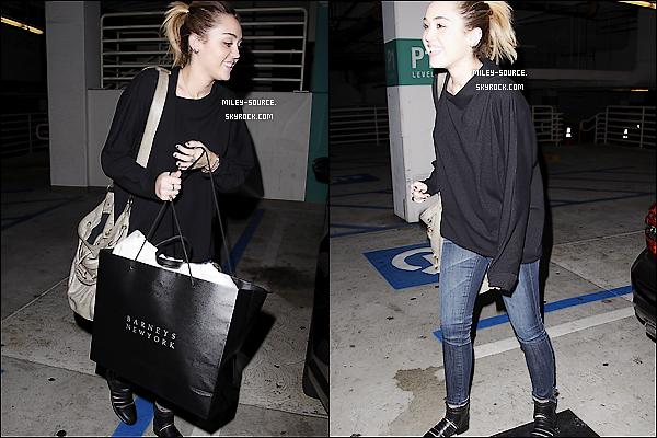 01 novembre 2011 :_Miley, toute souriante, et Vijat sont aller faire du shopping chez Barney à Beverly Hills.