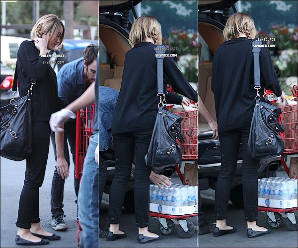 09 novembre 2011 :_Miley, naturelle et magnifique, a été vu passant la journée à Los Angeles, avec son ami.