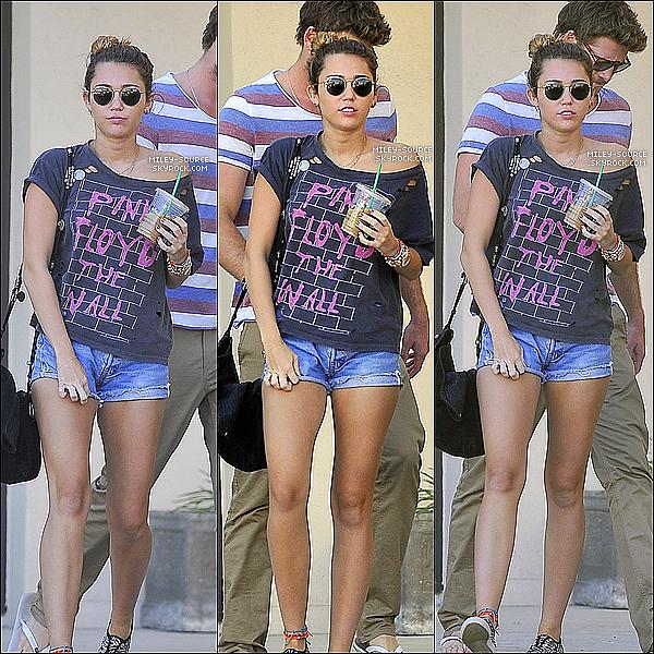 .  04/01/2012 : Miley Cyrus, et Cheryne Thomas, ont été aperçus se baladant dans Sudio City, à Los Angeles (CA). .