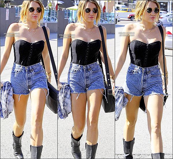 .  18/01/2012 : Miley Ray Cyrus et des amis sont aller mangés au restaurant  Casa Vega, à Los Angeles (CA). .