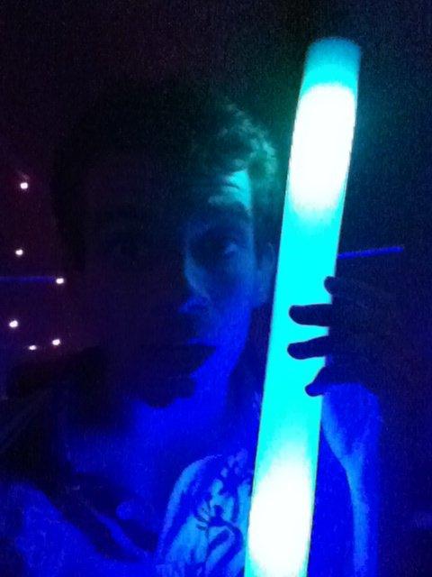 Moi avec la lumière de la boite de nuit :)