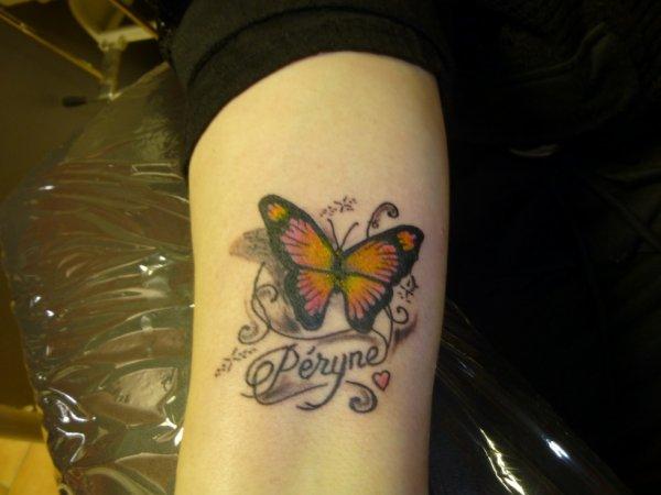 papillon et prénom dessous avant bras