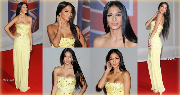 -- Mardi 21 Février 2012 : Nicole Scherzinger c'est rendue à la trente-deuxième cérémonie de Brit Awards à Londres.  Pour cette cérémonie britannique, Nicole portait une robe jaune bustier de la collection Printemps 2012 signée Versace ; Top! --