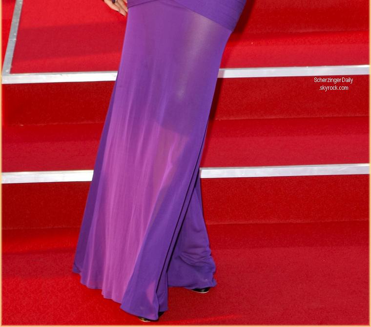 -- Lundi 14 Mai 2012 : Nicole était présente à la première de Men in Black 3 dans la ville de Berlin en Allemagne avec toute l'équipe du flim.  Pour cette avant première notre chanteuse abordait une robe violette signée Herve L. Leroux  qu'elle accompagne d'une paire d'escarpins noires ; Top! --