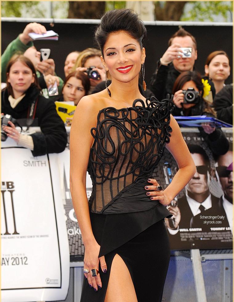 -- Mercredi 16 Mai 2012 : Nicole Scherzinger et Lewis Hamilton étaient présents à l'avant première du film Men In Black 3 à Londres.  Pour cette avant-première britannique, Nicole portait une robe bustier haute couture signée Cengiz Abazoğlu accompagné d'escarpins Giuseppe Zanotti ; Top! --