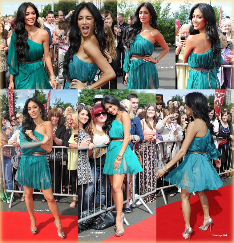 -- Lundi 18 Juin 2012 : Nicole est l'une des juges d'X-Factor UK et c'est à Newcastle qu'elle c'est rendue pour débuter les auditions.  Pour cette première journée d'auditions, Nicole portait une robe asymétrique émeraude accompagné d'escarpins dorés et de nombreux bijoux ; Top! --
