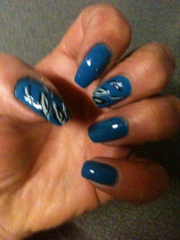 vernis bleu avec petite decoration