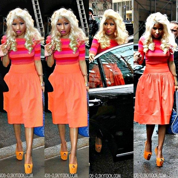 Nicki a été aperçue quittant le MAC Store pour renter à son hôtel àNYC + Nicki été présente « Chez Kelly » en compagnie de Ricky Martin (Video). + Elle ira ensuite dans un magasin de rouge à levres.