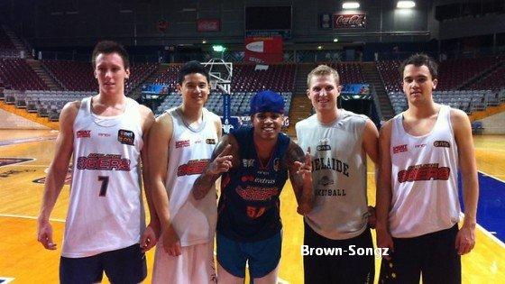 21/04/11: Photos concert F.A.M.E. Tour à Adelaide en Australie + Chris avec l'équipe de basket Adelaide.