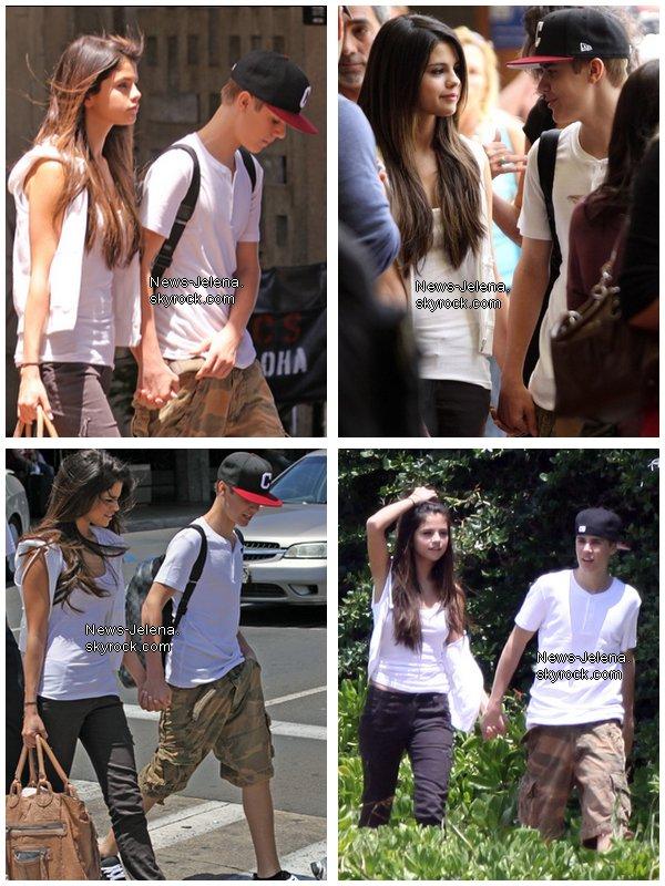 ______________________________________________________________________________Justin Bieber & Selena Gomez  arrivent à l'aéroport de Los Angeles, Californie (23.o5.11) ______________________________________________________________________________[/c