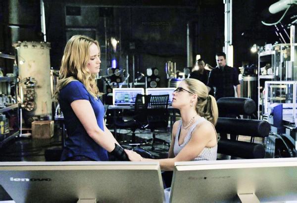 ↣ Voici la bande annonce de l'épisode 2x19 intitulé « The Man Under The Hood » d'Arrow.  Synopsis – Oliver, Sarah, Diggle et Felicity retournent au repaire et trouvent Slade qui les attend. Une bataille épique éclate et un membre de l'équipe d'Arrow est envoyé à l'hôpital. Thea atteint son point de rupture, mais alors qu'Oliver est sur le point de la joindre, Slade intervient et Oliver est confronté à un choix - sa bataille avec Slade ou sa famille. Pendant ce temps, Laurel est aux prises avec un nouveau secret.