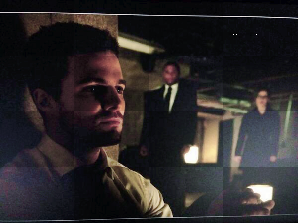 ↣ Voici plusieurs sneak peak de l'épisode 2x19 « The Man Under The Hood » d'Arrow.