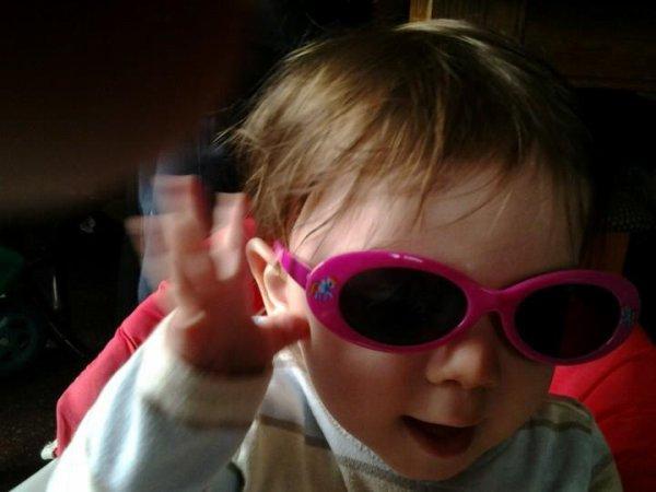 mon fils avec les lunette de ma fille