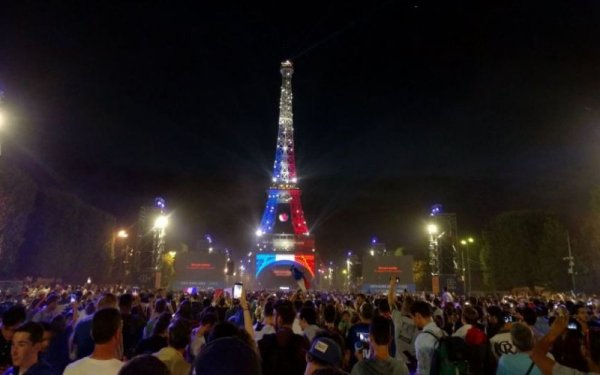 l'Euro 2016 la tour Eiffel aux couleurs de la France !!!