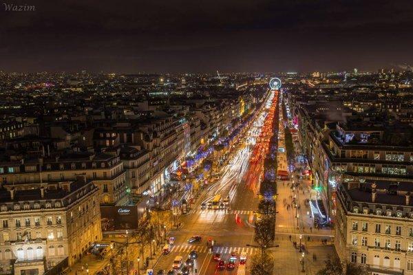 Les Champs Elysées, la nuit, du haut de l'Arc de triomphe !!!