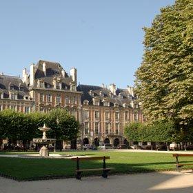 La merveilleuse Place des Vosges à Paris.