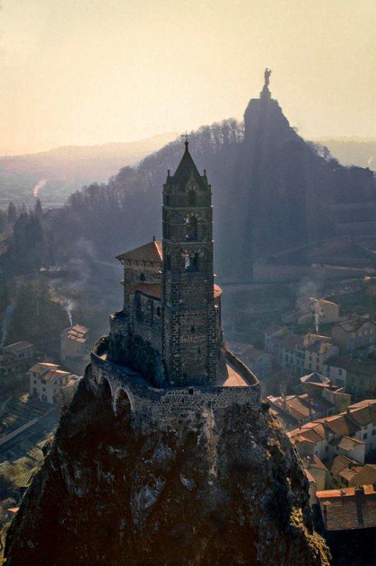 Saint Michel l'Aiguille dominant la ville du Puy !!!
