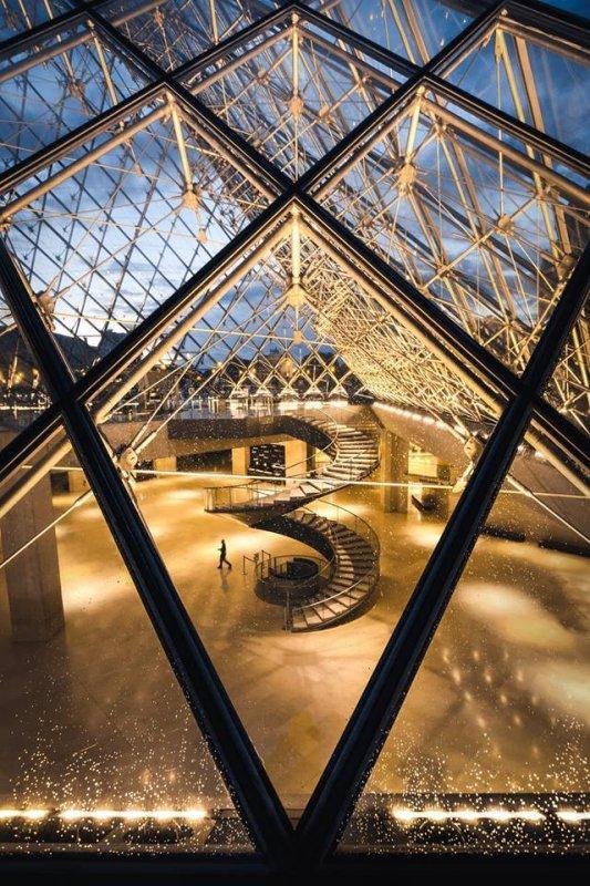 Une vue originale sur la pyramide du Louvre à Paris !