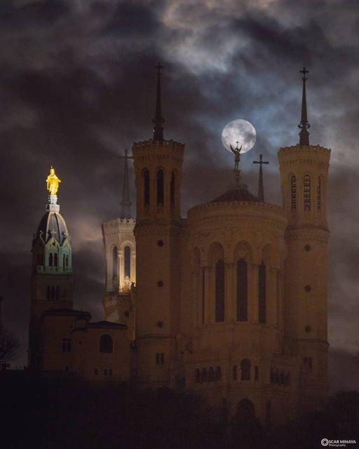 Très surprenante photo de Notre-Dame de Fourvière à Lyon !