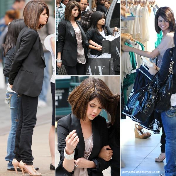 Selena faisant du shopping avec sa cousine, dans le quartier Soho à New York. (16.06.09)