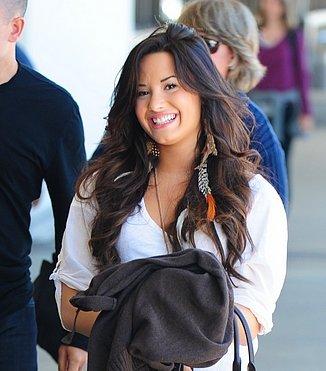 *Candida*                                                                                                              Demi était tout sourirent en partant de l'aéroport de                                                                                                                        Lax pour  aller à New York le 6 Juin,                                                                                                                                                                                                                                                                                                                                                        2011 à Los Angeles, CA.  Demi semble                                                                                                                                                                                                                                                                                                                                                       incroyable! Nous aimons ce qu'elle porte, ses cheveux et                                                                                                                     tout! Donc, magnifique!