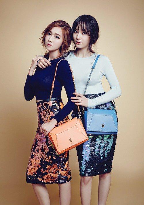 """사진   La chanteuse  Krystal Jung du groupe F(x) et sa soeur Jessica Jung , l'ex-membre du groupe  Girls Generation posent pour """" Lapalette (2014)""""  제시카 정 & 크리스탈"""