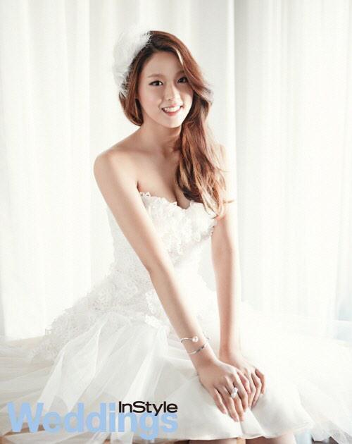 사진  Les membres Seolhyun et Hyejeong du groupe AoA posent pour InStyle Weddings    설현 &  혜정