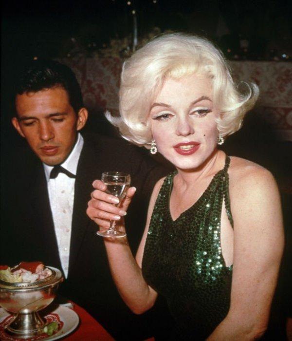 """DIVERS : de haut en bas, Marilyn lors de l'anniversaire de Walter WINCHELL, le 13 Mai 1953 ; Marilyn invitée lors d'un show de l'humoriste Jack BENNY, le 13 Septembre 1953 ; Marilyn lors de la soirée des remises des GOLDEN GLOBE AWARDS, le 5 Mars 1962, qu'elle recevra de la part de Rock HUDSON, accompagnée de son boy-friend du moment, José BOLANOS, prix la récompensant comme étant """"la femme la plus populaire de l'année 1962 ; Marilyn et son beau père Isadore MILLER, le 19 Mai 1962, où elle chantera """"joyeux anniversaire"""" au Président John F KENNEDY ; 2 affiches publicitaires où Marilyn vante les produits cosmétiques WESTMORE."""