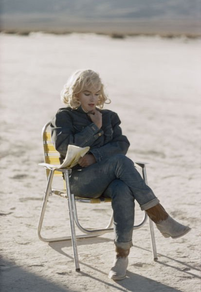 """1961, Marilyn aux côtés de Clark GABLE, dans le film """"Les Désaxés"""", de John HUSTON. Un film écrit par son mari, Arthur MILLER et qui sera tourné au NEVADA. Un film testament, puisque Marilyn y apparait comme dans la vraie vie, pleine de joie et de tristesse, et qui mettra un terme à leur mariage. Il lui restera moins d'une année à vivre. (diverses photos du film et du tournage)"""