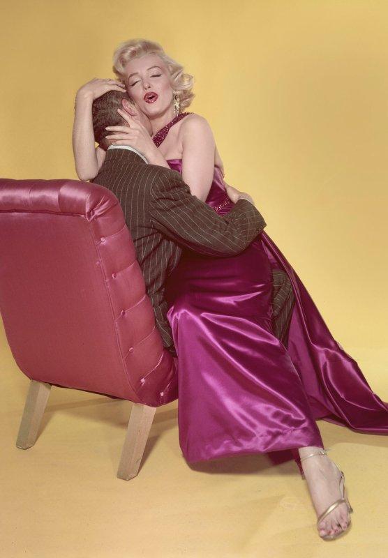 """1952, """"Comment épouser un millionnaire"""", de Jean NEGULESCO : Trois mannequins, sont en quêtes du mari idéal, pourquoi pas un millionnaire ? Un trio de choc, Lauren BACALL, Betty GRABLE et Marilyn. (Affiche du film américain, photos du film et photo de la première du film)"""