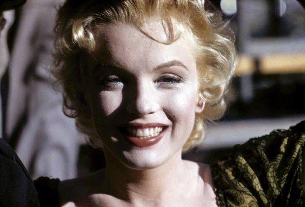 """1956, """"Bus stop"""" de Joshua LOGAN avec Don MURRAY... Bo Decker part pour Phoenix en Arizona pour participer a un rodeo. Sur la route, il s'arrete dans un cafe ou se trouve une chanteuse, Cherie. Bo tombe tout de suite amoureux d'elle. Elle accepte de le suivre au rodeo croyant que sa vie va changer. Mais devant les manieres brusques du jeune homme, elle commence a regretter son choix... (affiche et photos du film)"""