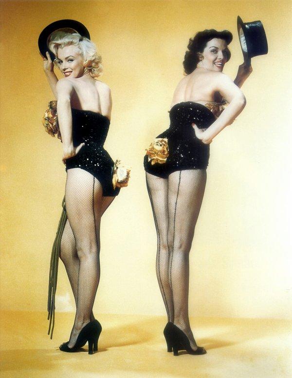 """1953 : Marilyn et sa partenaire Jane RUSSELL, dans une comédie musicale intitulée, """"Les hommes préfèrent les blondes"""". (photos du film)"""