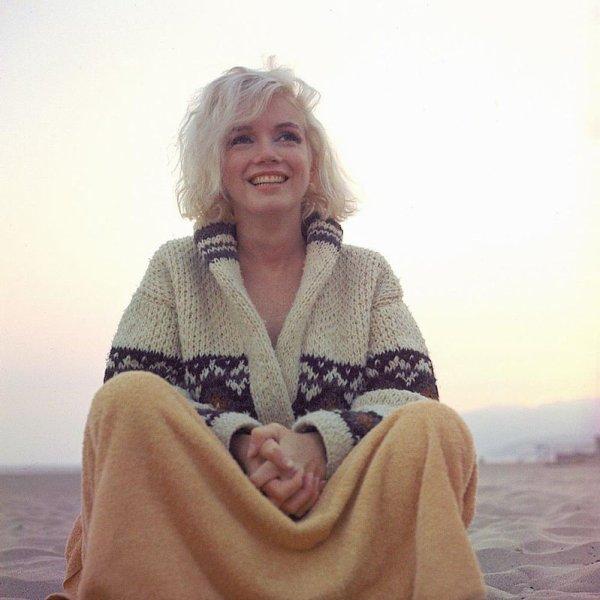 1962 : dernière séance photo, quelques mois avant sa mort, photos prisent  par George BARRIS sur la plage de Santa Monica, en juin / elle décèdera dans le nuit du 4 au 5 aout de la même année, dans des circonstances toujours pas élucidées..... A STAR IS BORN .... Peace, Marilyn.