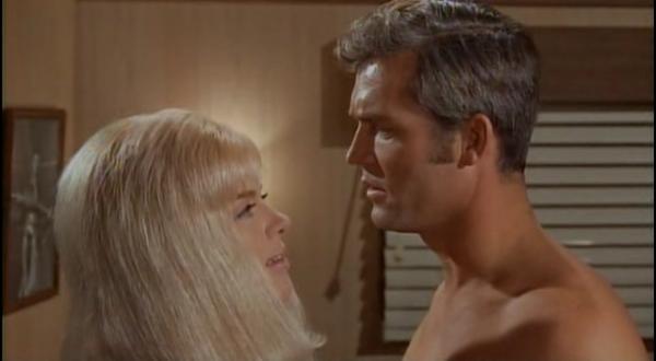 On termine avec ce film de 1969 berserk ou la ronde sanglante de jim o 39 connolly avec entre - Le truc de la femme coupee en deux ...