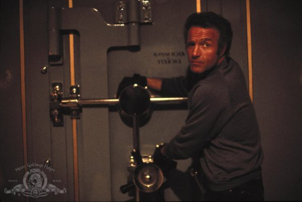 """En 1981, on retrouve James dans ce policier de Michaël MANN, """"Le solitaire""""... Après onze ans passés en prison, Frank, un talentueux voleur de bijoux, décide de se lancer dans un dernier """"coup"""" avant de se ranger pour de bon avec son ami Jessie. (affiche Américaine et photos du film)."""