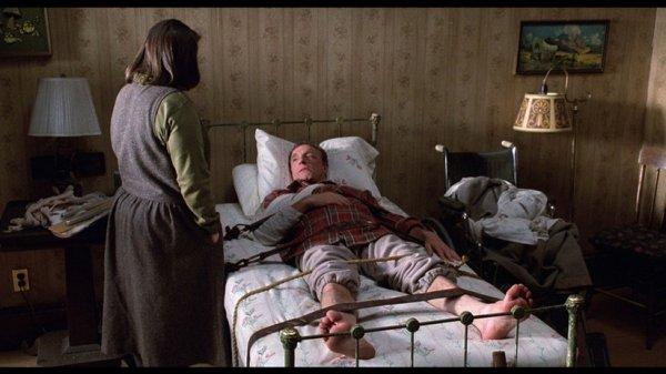 """1990, film également devenu culte, d'après le roman de Stephen KING, """"Misery"""" de Rob REINER avec aux côtés de James, Kathy BATES ou encore Lauren BACALL (voir fiche de cette actrice dans ce blog)... Paul Sheldon, romancier et créateur du personnage de Misery dont il a écrit la saga est satisfait. Il vient enfin de faire mourir son héroïne et peut passer à autre chose. Il quitte l'hôtel de montagne où il a l'habitude d'écrire et prend la route de New York. Pris dans un violent blizzard, sa voiture dérape dans la neige et tombe dans un ravin. Paul Sheldon doit son salut à Annie Wilkes, infirmière retraitée qui vit dans un chalet isolé. Annie est justement une supporter inconditionnelle de la belle Misery. (affiche et captures du film)."""