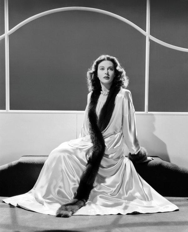 """On poursuit avec ces 2 films, l'un en 1941, """"Viens avec moi"""" de Clarence BROWN où Hédy donne la réplique à James STEWART (voir fiche de cet acteur dans ce blog)... Afin d'échapper à l'expulsion, une jeune immigrée propose un mariage blanc à un Américain. ; Le second film est de 1944, """"Les conspirateurs"""" de Jean NEGULESCO... Un saboteur antinazi rejoint son organisation a Lisbonne ou il doit demasquer un traitre. (affiches Américaines et photos des 2 films respectifs)."""